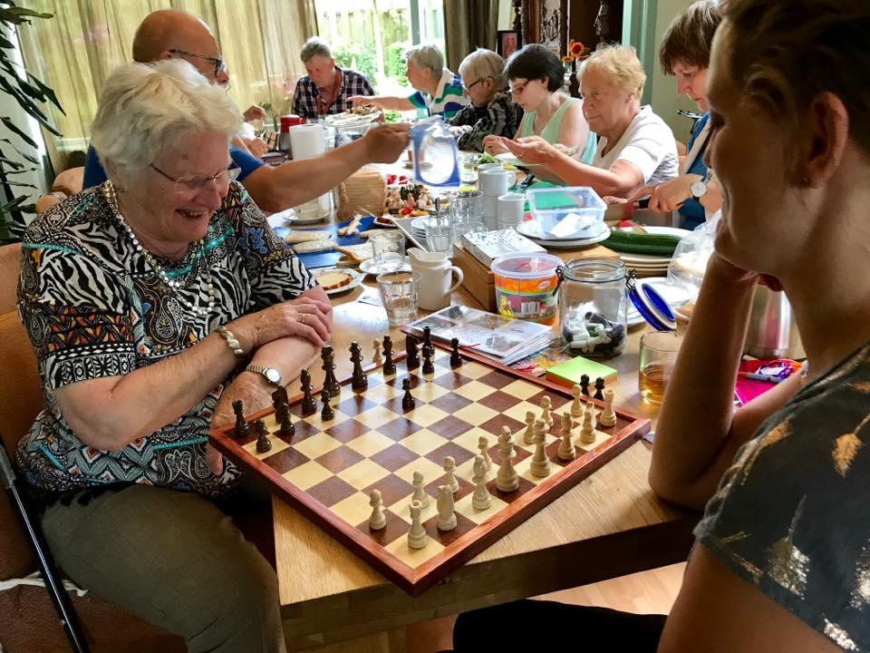 ouderen doen spelletjes
